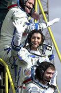 Soyuz crew waves to reporters